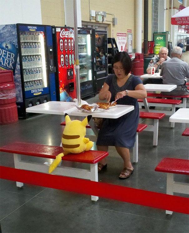 женщина обедает в в супермаркете