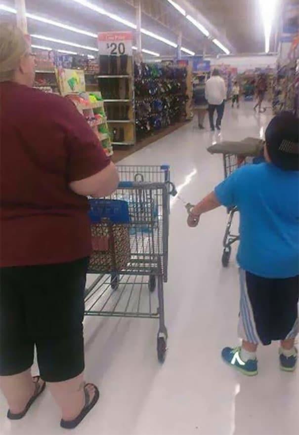 мама и сын в супермаркете