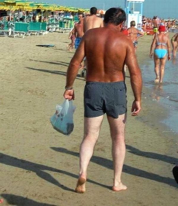 мужчина с загорелой спиной и белыми ногами
