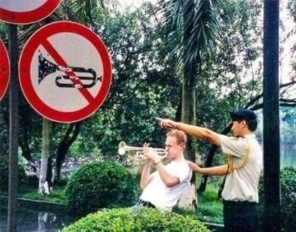 мужчина играет на трубе