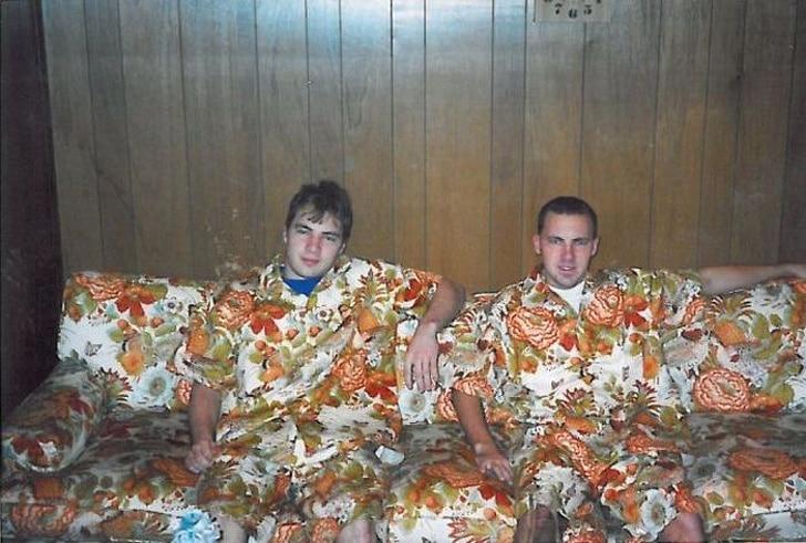 парни сидят на диване