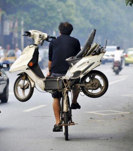 велосипедист с мотороллером