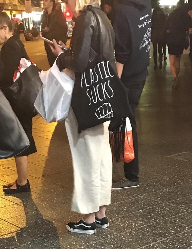 женщина против пластиковых пакетов