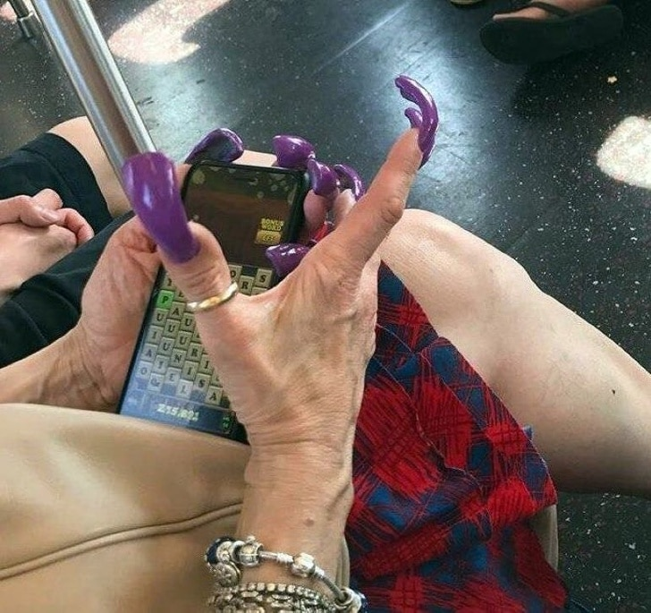 женщина с некрасивыми длинными ногтями