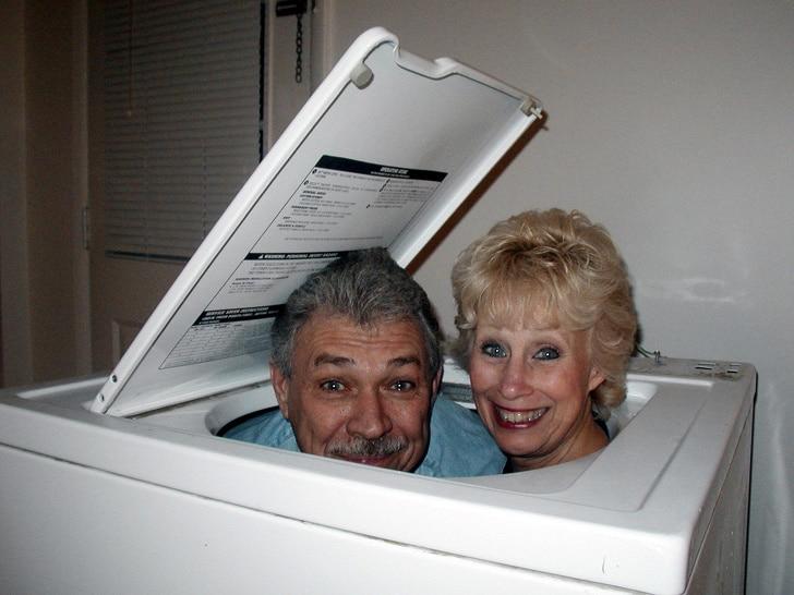 мужчина и женщина в стиральной машине