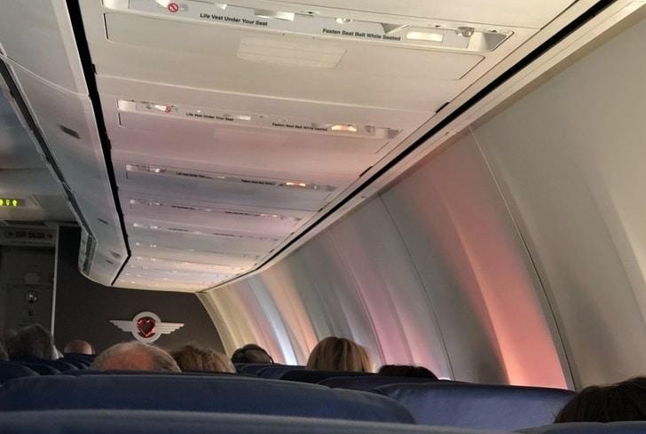 необычное отражение в самолете