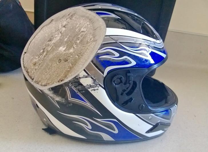 защитный шлем после аварии