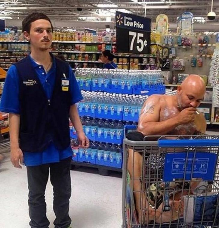 странный человек в супермаркете