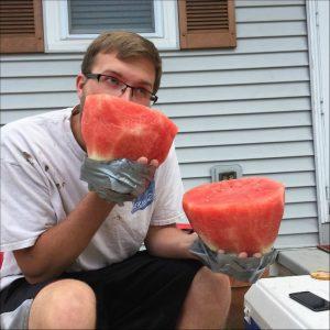 парень ест арбуз