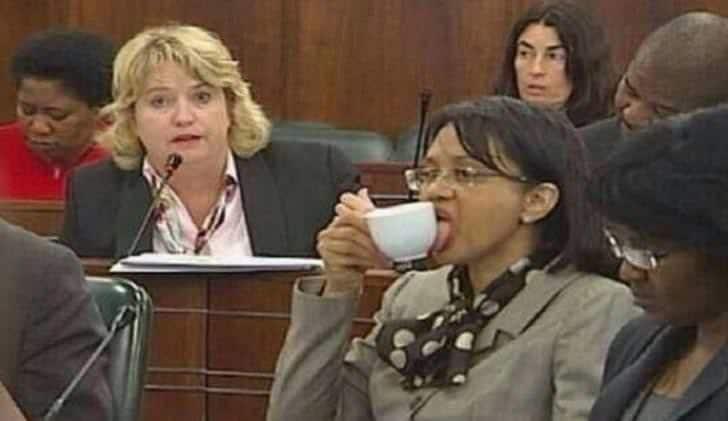 женщина облизывает чашку