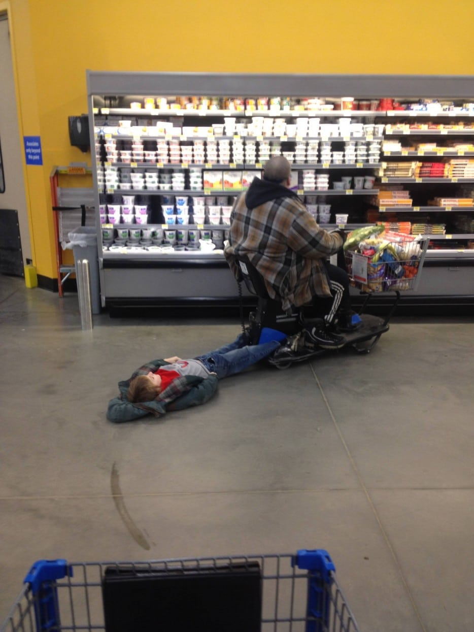 ребенок лежит на полу в магазине рис 2
