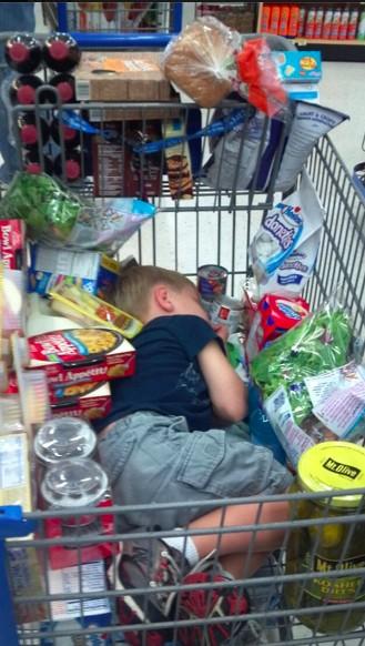 ребенок уснул в тележке