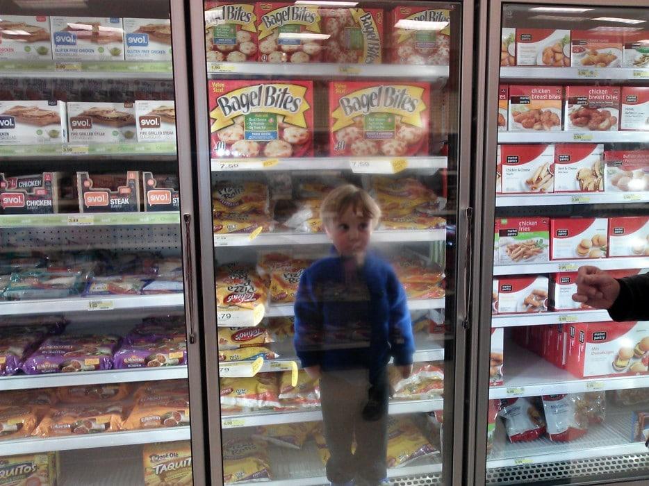 мальчик залез в холодильник в магазине