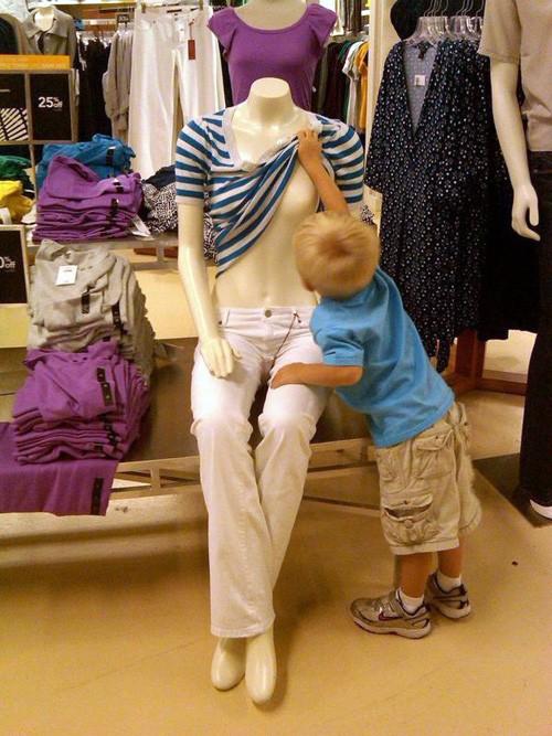ребенок играет с манекеном