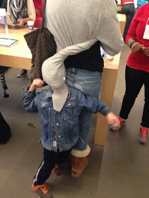 ребенок играется с одеждой мамы