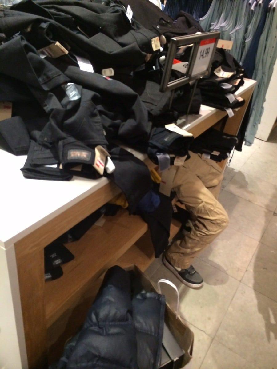 мальчик лежит под корой джинсов