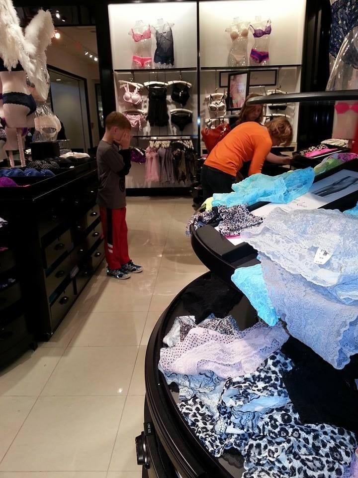 мама выбирает белье с ребенком