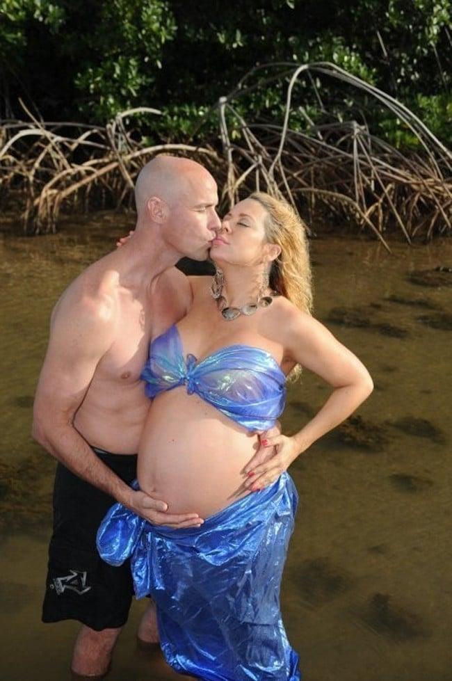 мужчина и беременная женщина в странном наряде