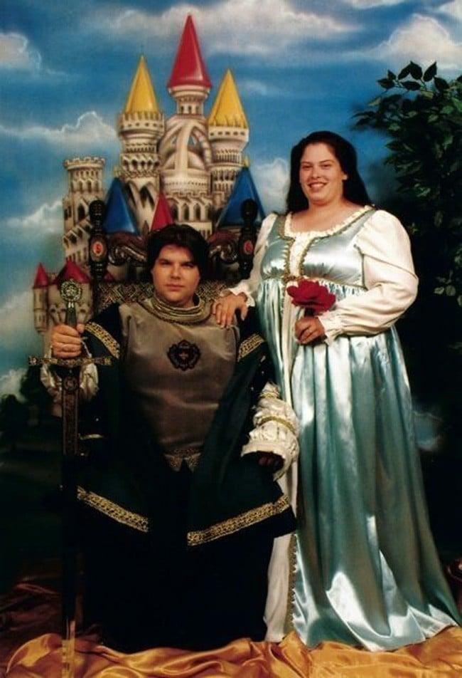 пара в костюмах принца и принцессы