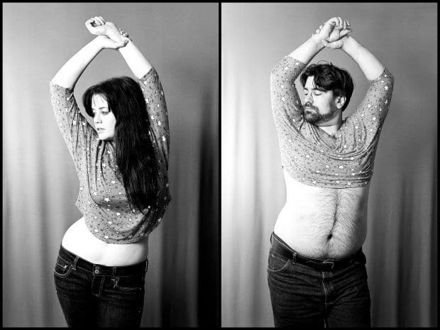 девушка и парень фотографируются в одной позе