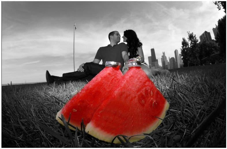 влюблённая пара на фоне арбуза с кольцами