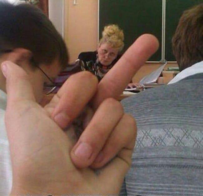 средний палец учителю