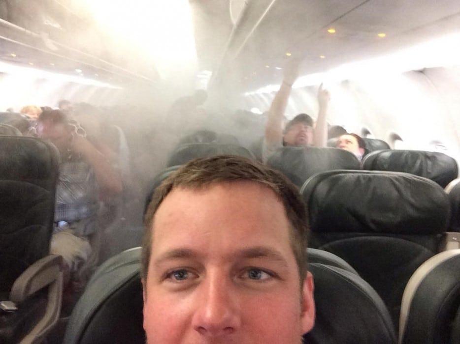 парень в салоне самолета