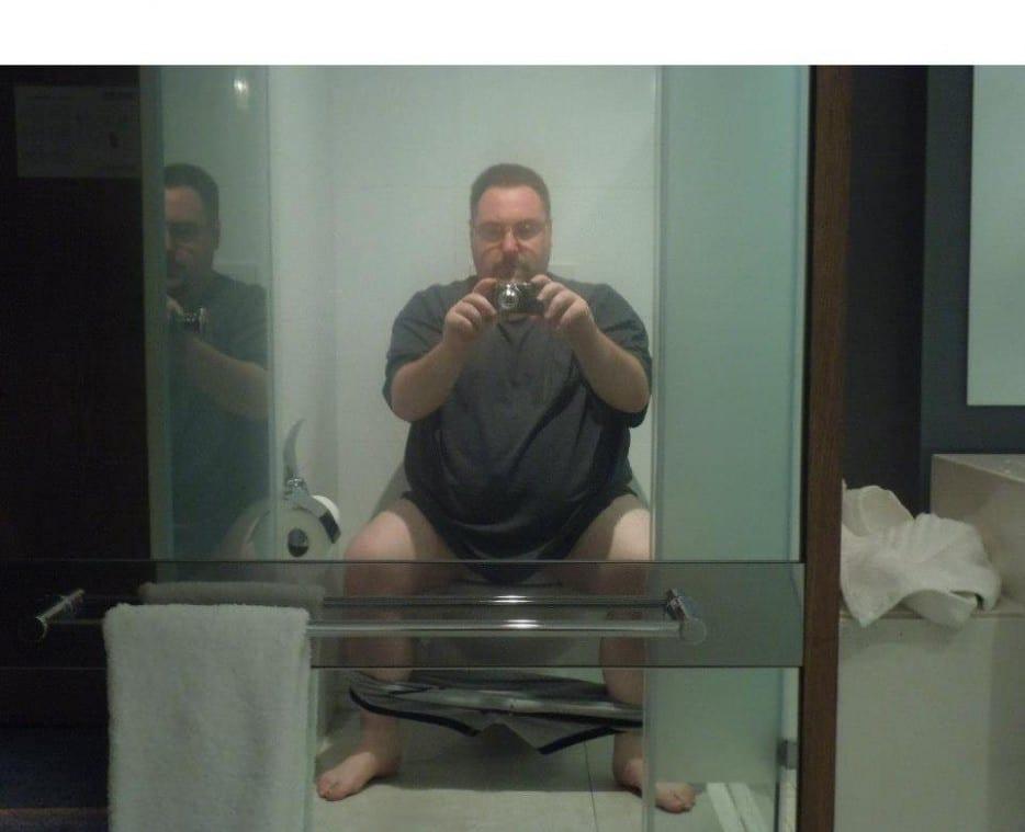 мужчина делает селфи в туалете
