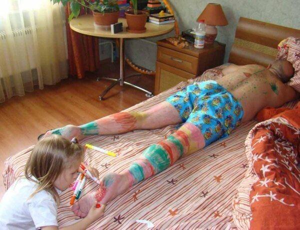 девочка разрисовала спящего папу