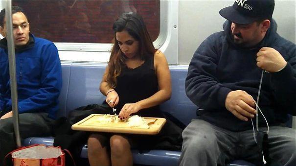 девушка готовит еду в вагоне метро