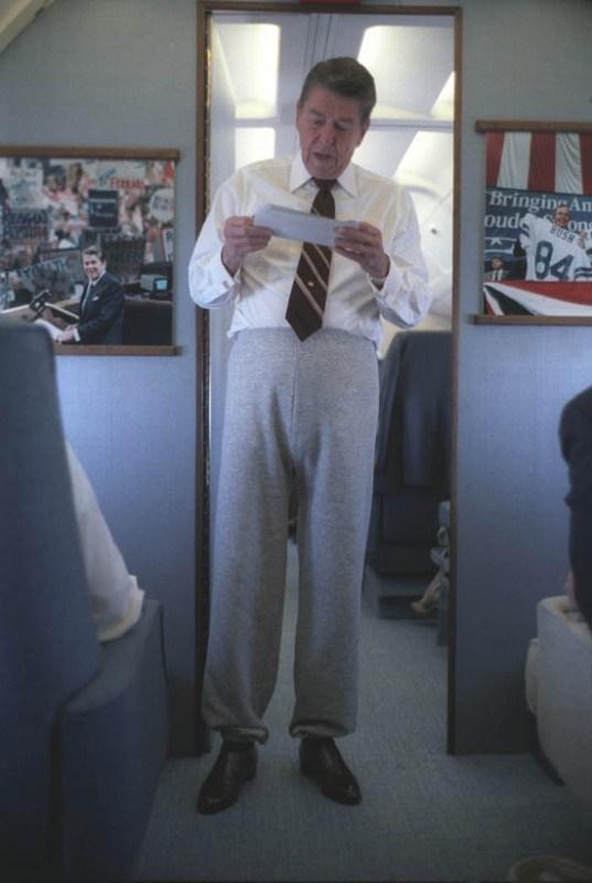 мужчина в рубашке и спортивных штанах