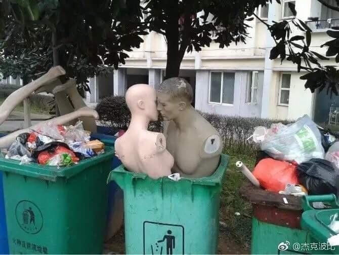 манекены в мусорном баке
