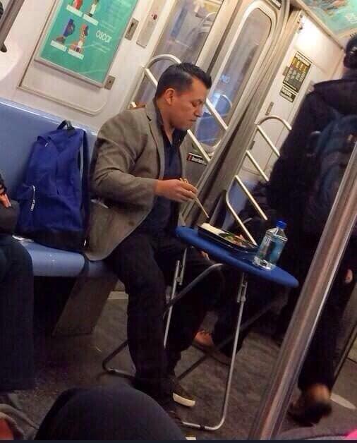 мужчина ест в метро