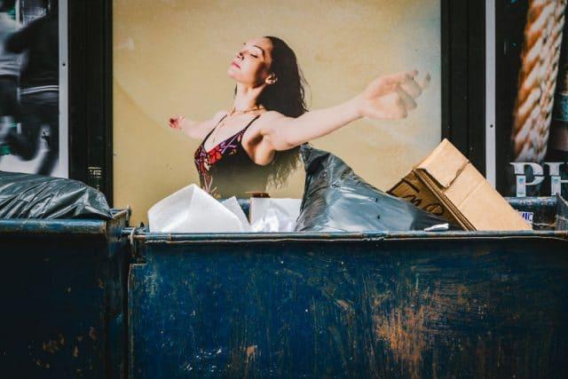 реклама с девушкой на фоне мусора