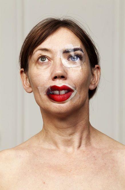 женщина с вырезками из журналов на лице