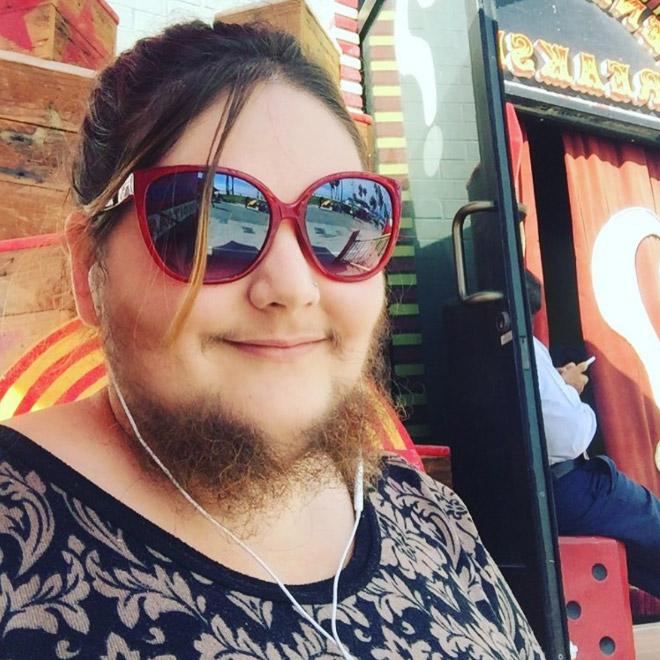 девушка с бородой в очках