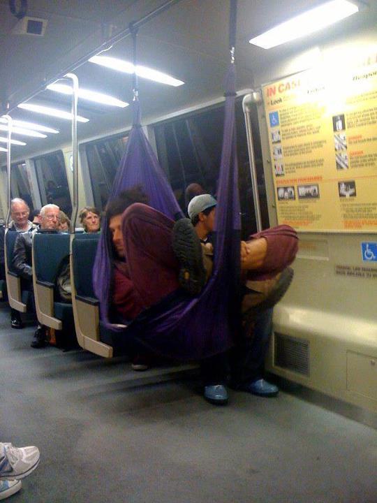 гамак в общественном транспорте