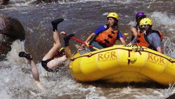 люди из лодки упали в воду