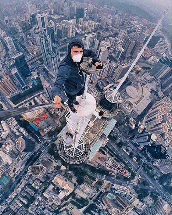 парень на крыше