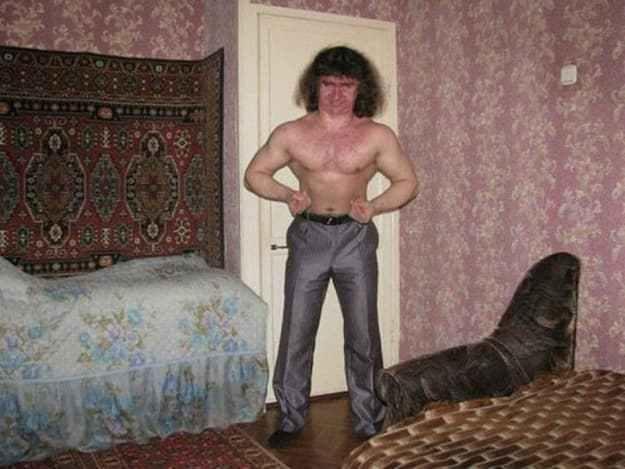 кучерявый мужчина в брюках