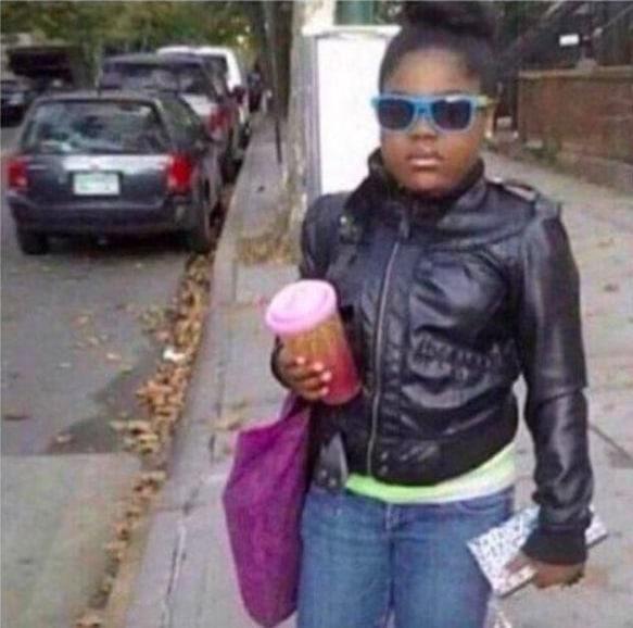 чернокожая девочка со стаканом в руке
