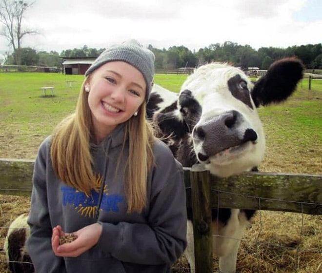 девушка и корова улыбаются