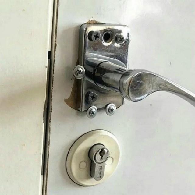 ручка двери с множеством гвоздей