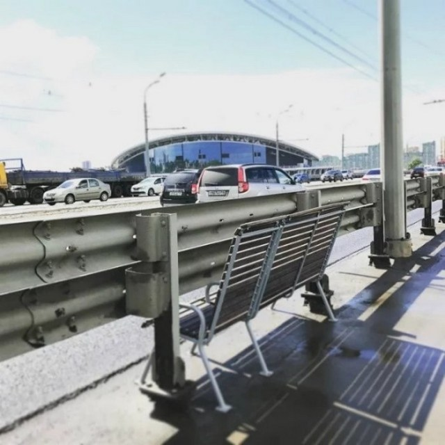 скамейка около дорожного заграждения