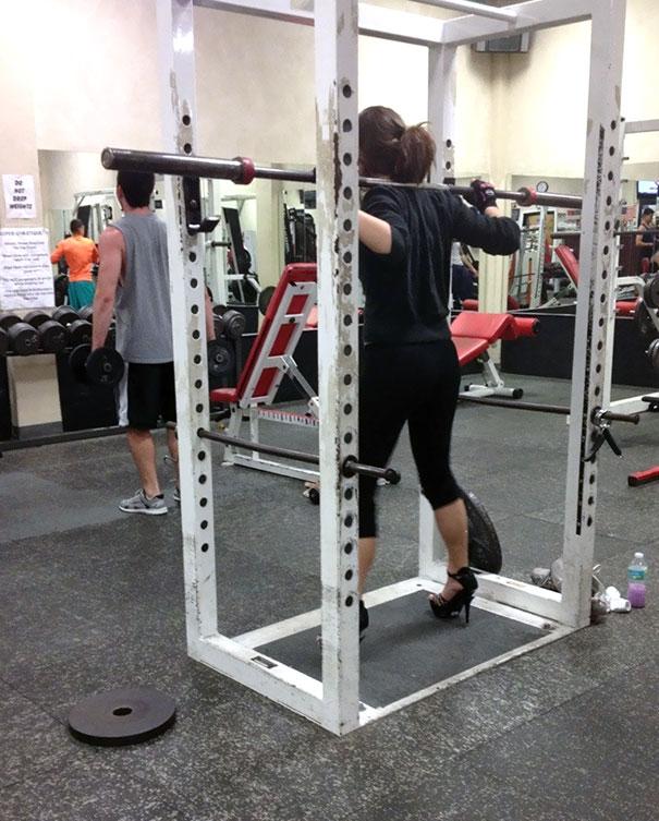 девушка занимается спортом на каблуках