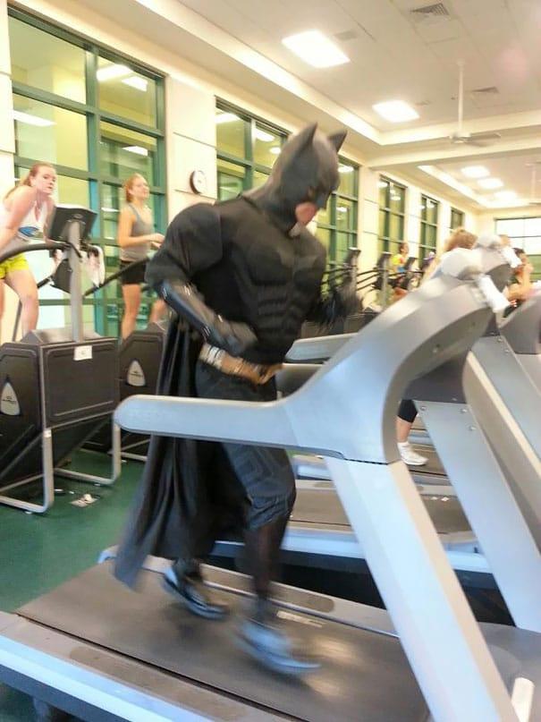 бэтмен занимается в тренажерном зале