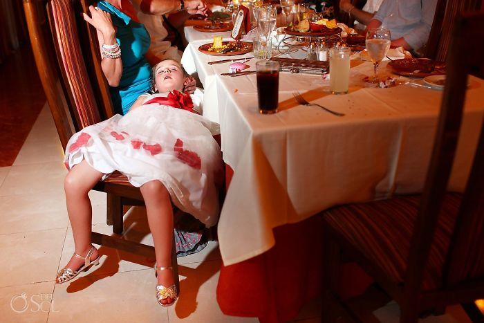 девочка спит на свадьбе