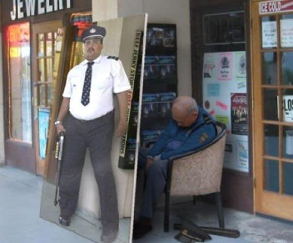 полицейский спит в кресле