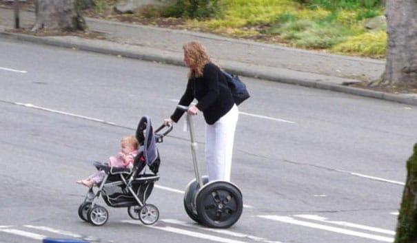 женщина с коляской на гироборде