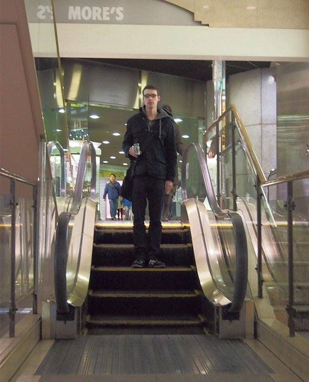 парень на эскалаторе